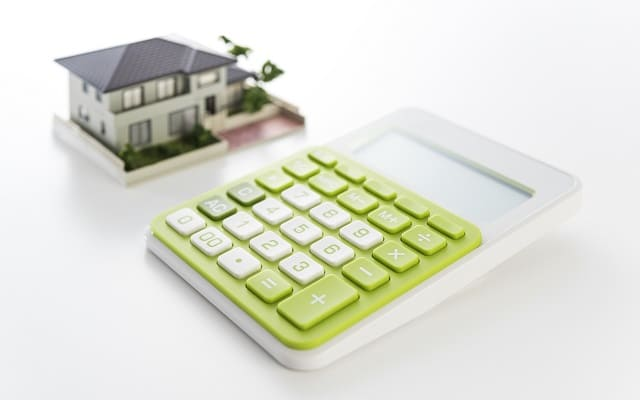 電卓と住宅模型